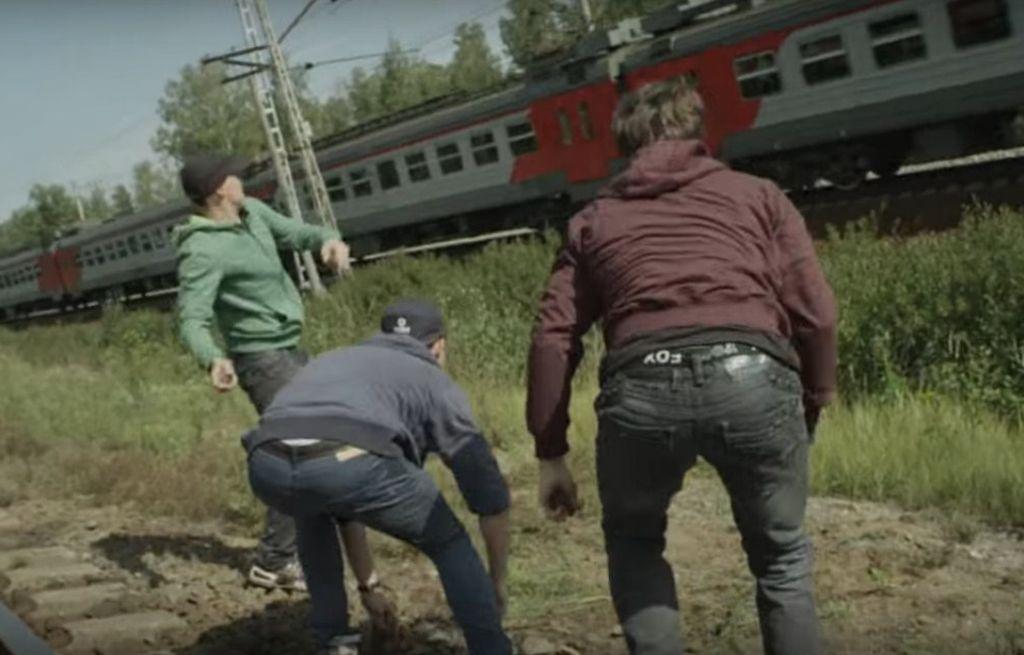 ВЧереповецком районе трое молодых людей обкидали камнями поезд